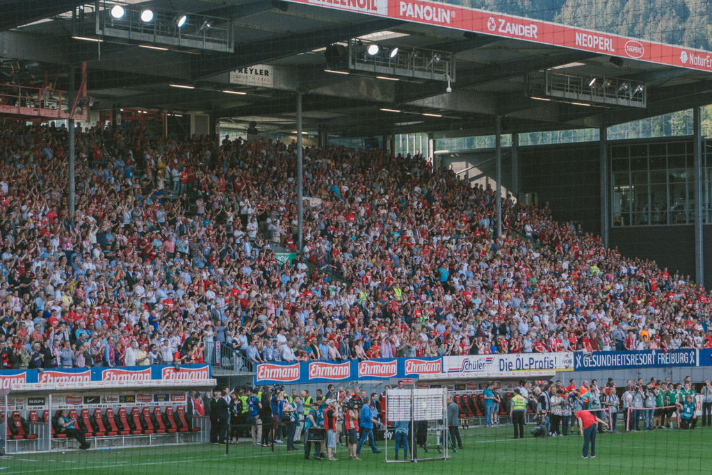 Christian Streich mit dem SC Freiburg verneigt sich vor dem Publikum